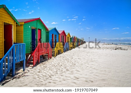 Row of a beach huts at Muizenberg Beach, Cape Town, South Africa. Colorful huts on the beach.  Foto stock ©