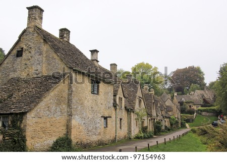 Row of traditional cottages built of golden limestone in Bilbury Village, The Cotswalds, Gloucestershire, England