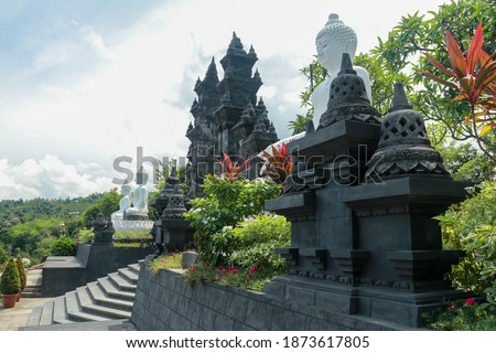 Row of white cement buddha statue with sunlight. A row of white Buddha statues at the Brahma Vihara Arama Temple in Bali Stok fotoğraf ©