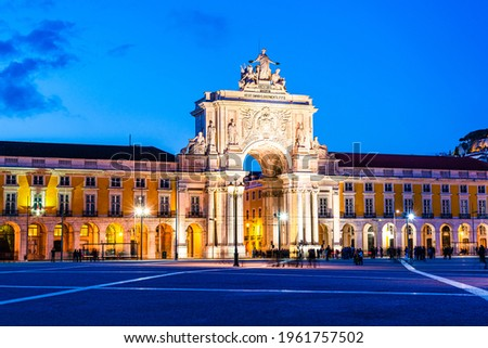 Rua Augusta Arch and Commerce Square in Lisbon, Portugal during the evening blue hour; latin text 'in memory of all our ancestors virtues' Foto stock ©