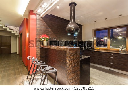 Ruby house - Modern kitchen with counter and stools