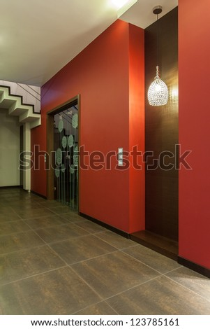 Ruby house - Red walls in modern corridor in new house