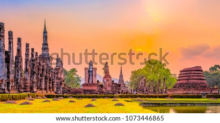 Ruins of the temple of Wat Mahathat Temple in the precinct of Sukhothai Historical Park, a UNESCO World Heritage Site, Evening in the historical park of Sukhothai city. Thailand Stockfoto ©