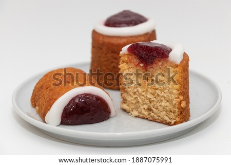 Runeberg cake in the cut, traditional Finnish pastry Runeberg torte (Runebergin torttu) on a plate, close-up Zdjęcia stock ©