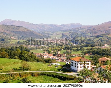 Rural house in the middle of a landscape of Pirineos mountains at San Sebastian, Spain Foto stock ©