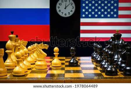 Russia vs USA, chess like geopolitics game. Flags of United States and Russian Federation behind chessboard. Concept of political tension, economy war, sanctions, leadership and relations strategy. Stok fotoğraf ©