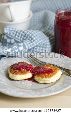 Russian cheese cakes with raspberry jam