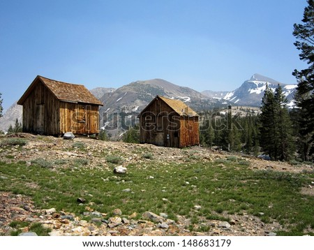 Rustic cabins near an abandoned silver mine in the sierra for Sierra nevada cabine