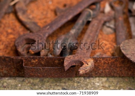 Rusty set of spanners, shallow depth of field