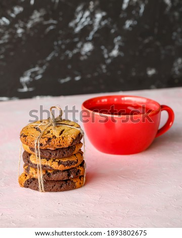 Süt Şişeleri ile Beyaz Tabak Üzerinde Lezzetli Çikolatalı Kurabiye Yığını Stock fotó ©
