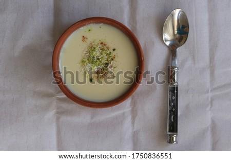 Sütlaç. Üç beyazın buluşmasıyla ortaya çıkan hafif bir tatlıdır. İçeriğinde süt, pirinç ve toz şeker bulunur. Stock fotó ©