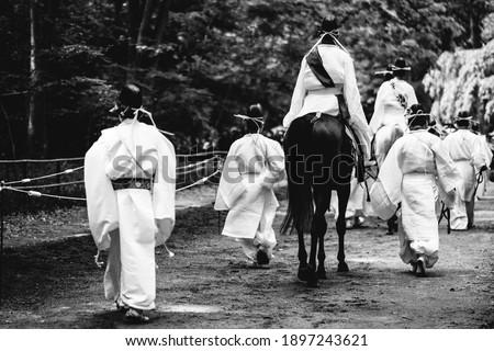 Sacred Japanese Horse Racing (Kurabe Uma) at Shimogamo Shrine, Kyoto (in black and white) Foto stock ©