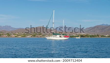 sail boat, mountains and sea on a sunny morning of summer. Isla Coronado sea of cortes in Loreto Baja California Sur. Mexico Foto stock ©