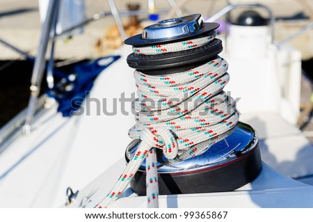 Sailing boat deck equipment: winch with halyard rope