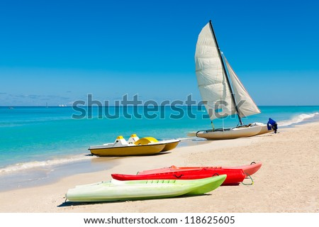 Sailing boats and kayaks on the beautiful beach of Varadero in Cuba #118625605