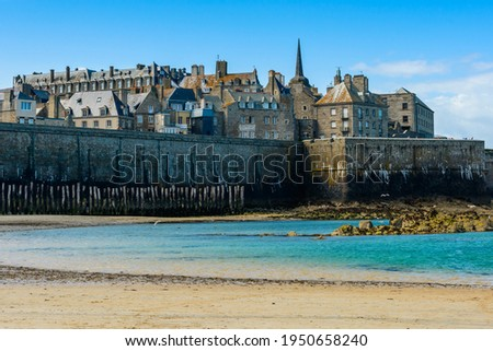 Saint-Malo, Brittany, France: View of the historic fortified part of town (Intra-Muros) from the Sillon beach on a sunny morning at low tide.  Foto d'archivio ©