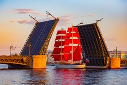 Saint Petersburg. Russia. Divorced bridge. Holiday Scarlet Sails. Sailboat passes under the Palace Bridge. Palace Embankment of St. Petersburg. White Nights. Divorce bridges. Russian Federation.