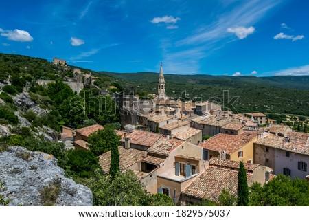 Saint-Saturnin-lès-Apt, medieval hilltop village in the Luberon in Provence-Alpes-Côte-d'Azur. Stockfoto ©