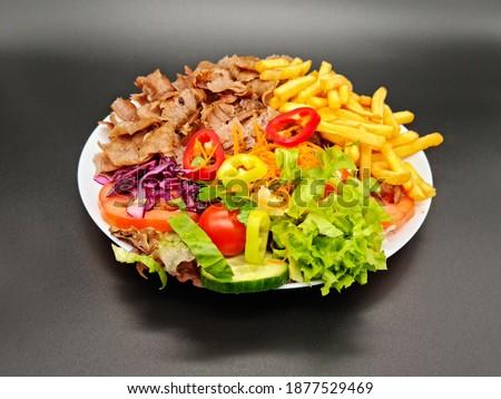 Salad Doner Plate - Döner Teller mit Salat - piatto con kebap Stock foto ©