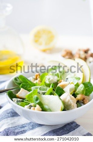 Salad with chicken and pear