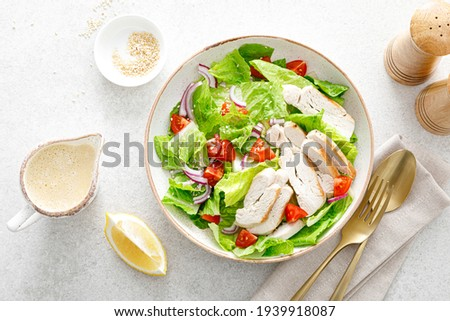 Salad with romaine lettuce, grilled chicken meat and tomatoes Photo stock ©