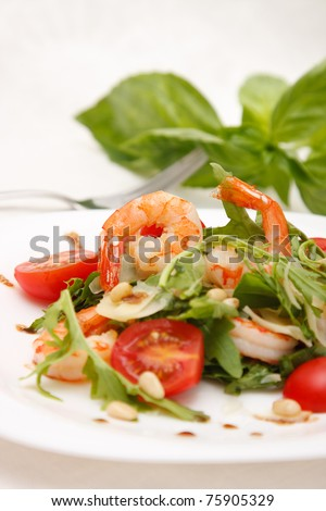 Salad with shrimps, rucola,tomato and parmezan