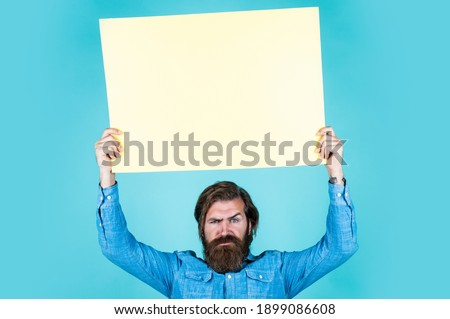 Sale gala on autumn products. serious hipster with beard at paper sheet. empty place for copy space. need help. bearded man holding placate. wanted. empty paper for your information. barber concept. Foto stock ©