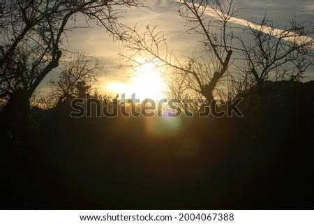 Salida del sol en la naturaleza cerca de la ciudad Foto stock ©