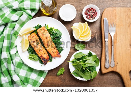 Salmon fillet with spinach .