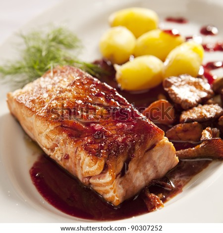 Salmon with black currant sauce, mushrooms and potatoes