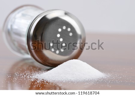 Salt spilling on table from salt cellar Foto d'archivio ©