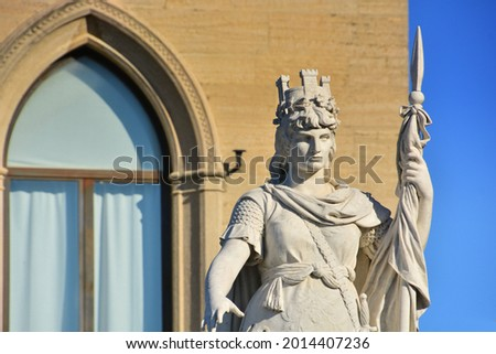 San Marino - The Government Palace and the Statue of Liberty of San Marino by the sculptor Stefano Galletti, donated to the city by Countess Otilia Heyroth Wagener as a symbol of freedom.  Foto stock ©