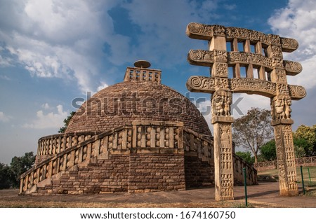 Sanchi Stupa is a Buddhist complex, famous for its Great Stupa, on a hilltop at Sanchi Town in Raisen District of the State of Madhya Pradesh, India Foto stock ©
