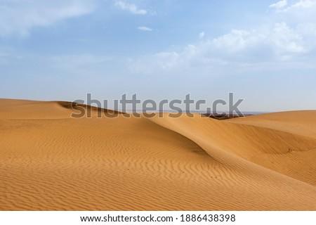 Sand dune in Kavir desert in Iran. Hot yellow deser landsape in south Iran. Zdjęcia stock ©