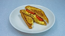 sandwich toast eggs with tomato