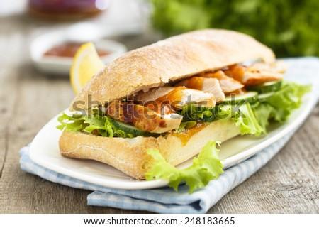 Sandwich with chicken and mango chutney