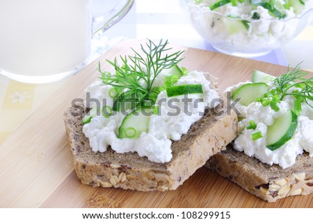 Sandwich with cottage cheese, cucumber and chives