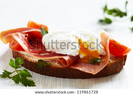 Sandwich with poached egg, parma ham and cream cheese