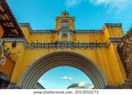 Santa Catalina Arch with Agua volcano before sunrise, Antigua, Guatemala. Foto stock ©