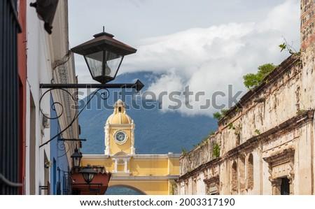 Santa catalina arch with agua volcano in the background at antigua guatemala Foto stock ©
