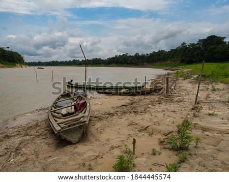 Santa Rita, Peru, Traditional, indian  boats  on the bank of the river. Amazonia, Latin America Foto stock ©