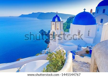 Santorini, Greece. Charming view Oia village on Santorini island. Traditional  famous blue dome church over the Caldera in Aegean sea. Traditional blue and white Cyclades architecture. Foto d'archivio ©