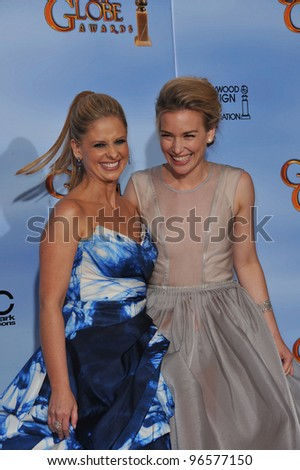 Sarah Michelle Geller & Piper Perabo at the 69th Golden Globe Awards at the Beverly Hilton Hotel. January 15, 2012  Beverly Hills, CA Picture: Paul Smith / Featureflash