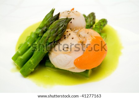 scallops with asparagus and sauce