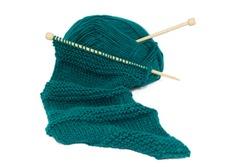 Scarf on knitting needles using two different stitches with a ball of wool