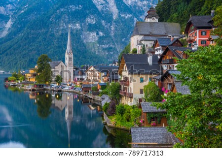 Scenic picture-postcard view of famous historic Hallstatt mountain village with Hallstattersee in the Austrian Alps in mystic twilight during blue hour at dawn in summer, Salzkammergut region, Austria Stock fotó ©