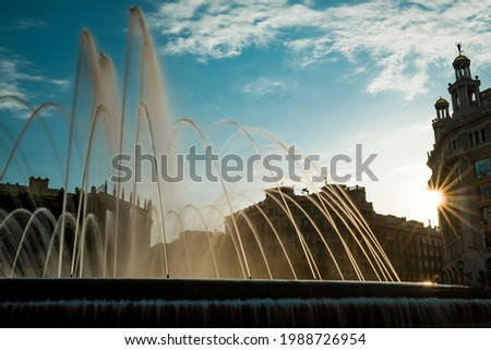 Scenic sunset view of Catalonia Square known as Plaza Catalunya in Barcelona with sun-rays and fountain. Placa Catalunya is a popular tourist spot and a city landmark Foto stock ©