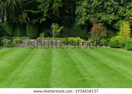 Scenic View of a Beautiful Garden with a Freshly Mowed Lawn Stock foto ©