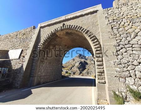 Scenic view of tunnel on dangerous Ma-2141 Sa Calobra serpentine zig-zag Road with famous Nus de Sa Corbata in Serra de Tramuntana Mountains on Mallorca Island, Balearic Islands, Spain Foto stock ©