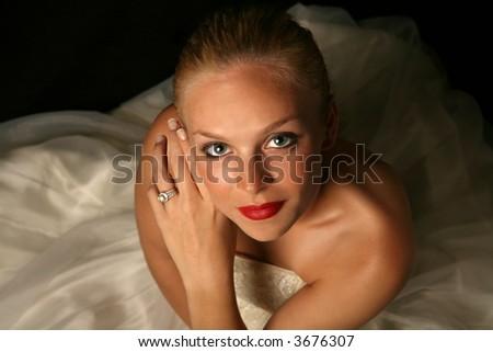 Schöne Braut Gegen Drastischen Schwarzen Hintergrund - stock photo